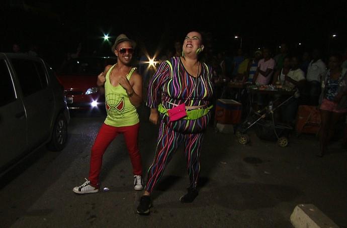 Paulo Márcio e Marizete a caminho do ensaio do Harmonia do Samba (Foto: TV Bahia)