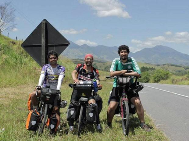 Filipe Falcone, Felipe Fontes e Marcelo Rachmuth durante a viagem de bicicleta pelo Brasil (Foto: Arquivo pessoal/Sobre 6 Rodas)