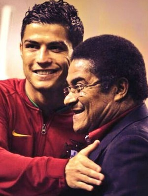 Cristiano Ronaldo abraçado a Eusébio (Foto: Reprodução/Twitter)