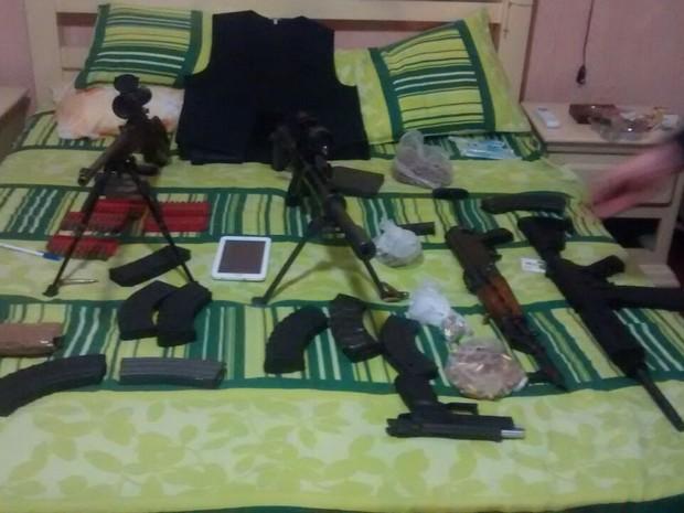 Armas foram apreendidas no local (Foto: Jamile Santana/G1)