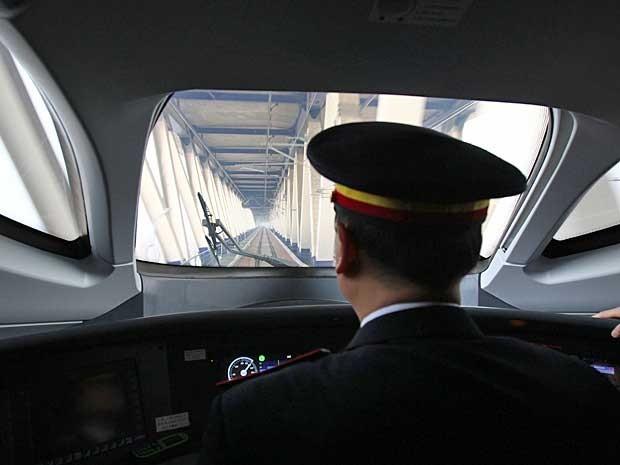 Condutor manobra trem-bala em Pequim. Velocidade média será 300 km/h. (Foto: AFP Photo)