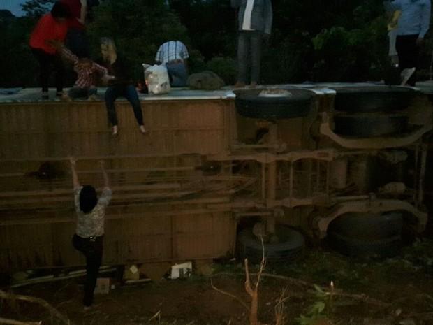 Passageiros saem do ônibus após acidente, em Pimenta (Foto: Rafael Reis/ Arquivo Pessoal)