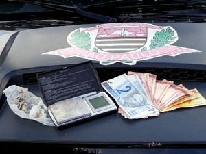 Drogas, dinheiro e uma balança de precisão foram encontrados com o acusado (Foto: Polícia Civil/Dracena)