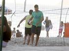 Sem Fernanda Lima, Rodrigo Hilbert joga vôlei na praia
