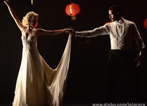 Aurora e Davi dançam (Foto: Ellen Soares/TV Globo)