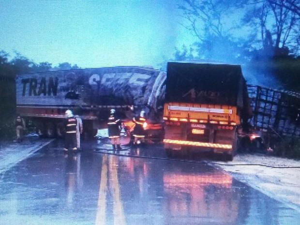 Acidente em rodovia causou congestionamento  (Foto: Assessoria/ PRF)