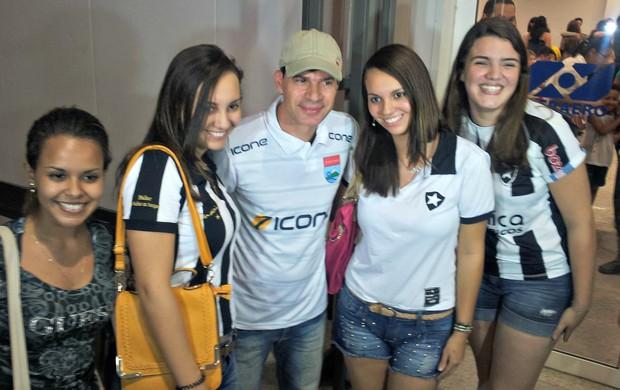 Torcedoras do Botafogo vão ao aeroporto de Vitória receber Túlio Maravilha (Foto: Eduardo Dias/Globoesporte.com)
