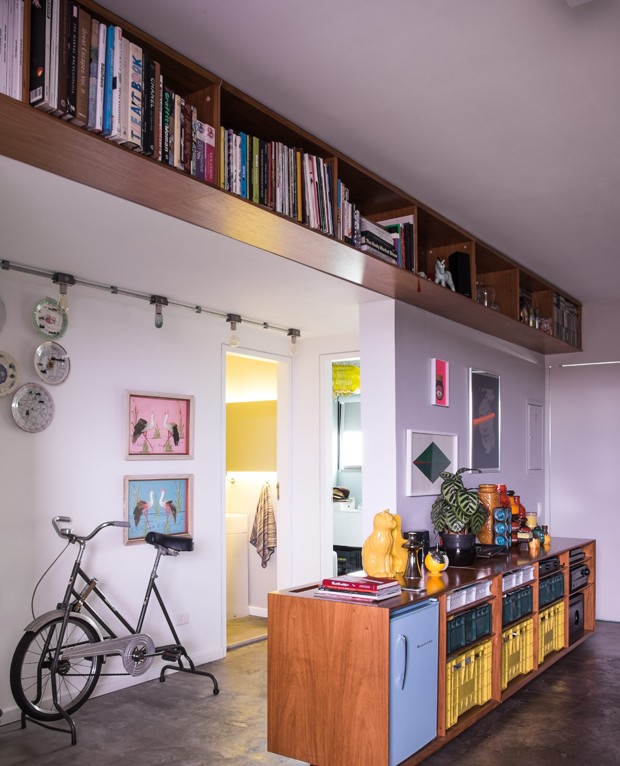 Se falta espaço nas paredes, use o teto para instalar prateleiras, como neste projeto do arquiteto Maurício Arruda. É ótimo para colocar itens necessários, mas pouco usados no dia a dia. (Foto: Lufe Gomes/Life by Lufe)