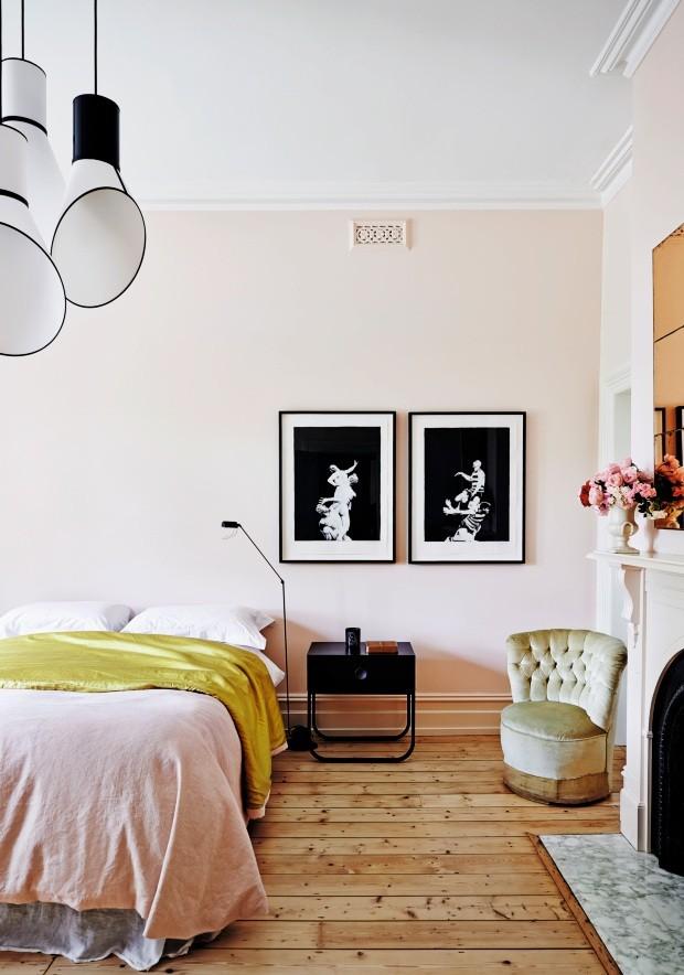 Contraste. O equilíbrio vem da mistura de peças antigas com elementos modernos, como os quadros de Maurice Golotta, o criado-mudo e a luz de cabeceira. No teto, pendentes de Hervé Langlais para a Design Heure (Foto: Lisa Cohen / Living Inside)