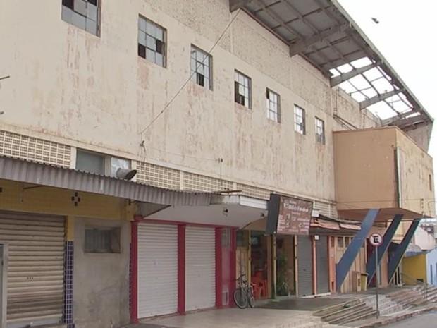 Do lado de fora do mercadão falta do telhado ficou visível (Foto: Reprodução/ TV TEM)