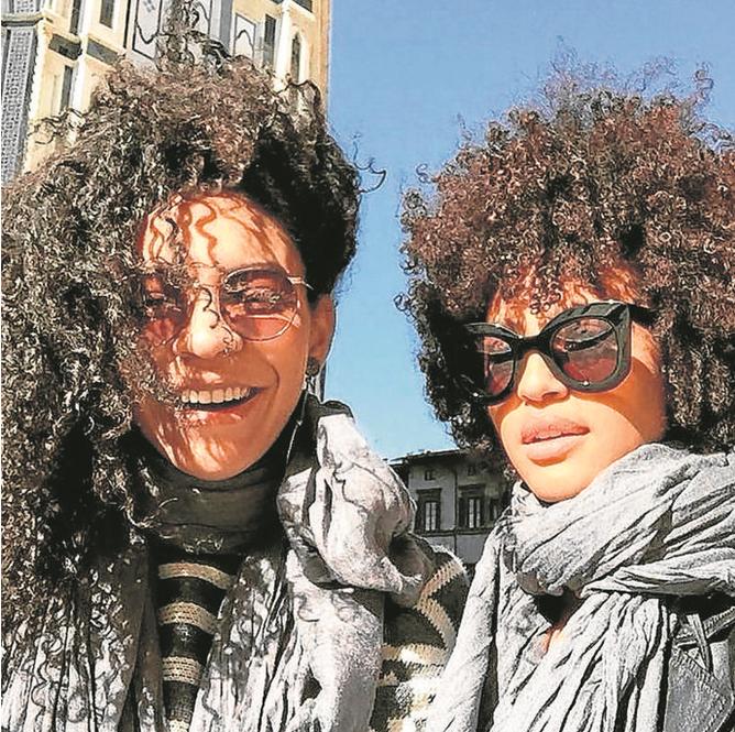 Sheron Menezzes com a irmã, Sol, também atriz, em Florença (Foto: Arquivo pessoal)