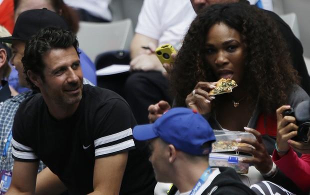 Serena Williams assiste à estreia da irmã Venus no Aberto da Austrália (Foto: AP)