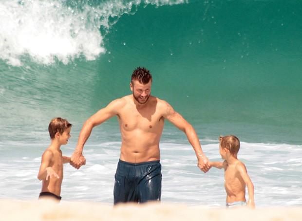Rodrigo Hilbert com os filhos (Foto: Agnews)