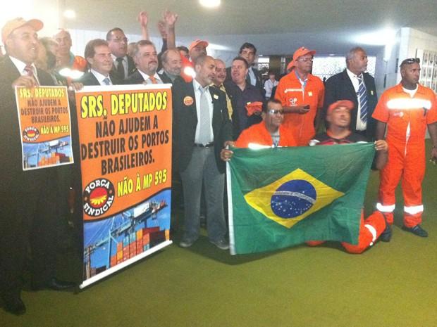 Trabalhadores dos portos protestam contra medida no Congresso (Foto: Felipe Néri/ G1)