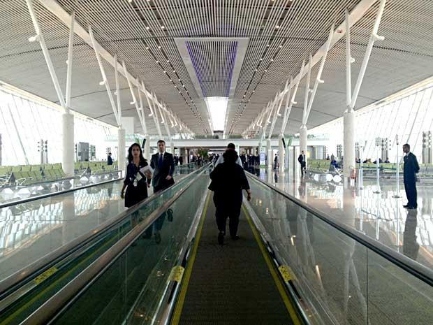 Esteira rolante que leva passageiros do terminal 1 à nova sala de embarque do Aeroporto JK (Foto: Mariana Oliveira/G1)