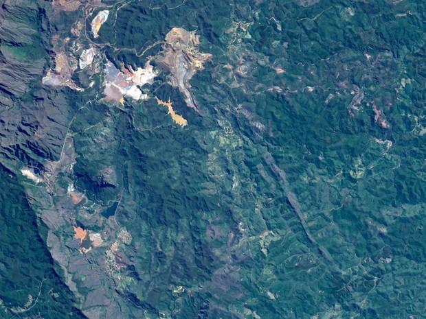 Imagem captada por satélite do grupo Air Bus em junho de 2015 mostra área de mineração em Mariana e barragens antes do rompimento (Foto: Divulgação/ Airbus Defence and Space)