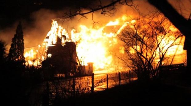 Fogo destrói prédios históricos de madeira na Noruega  (Foto: BBC)