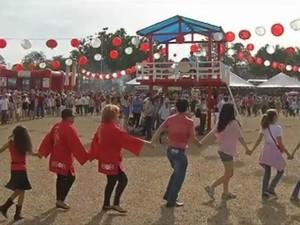 Apresentação do Bon Odori fez todos dançarem (Foto: Reprodução / TV TEM)