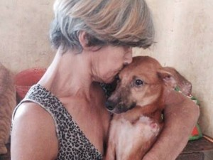 Dona Joana cuida dos animais em sua própria casa, onde mantem o abrigo.  (Foto: Divulgação/Rede Social)