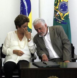 A presidente da República, Dilma Rousseff, ao lado do ministro da Casa Civil, Jaques Wagner (Foto: Givaldo Barbosa / Agência O Globo)