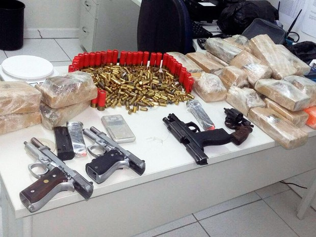 Drogas, armas e munições foram apreendidas dentro de casa em Bom Jesus da Lapa (Foto: Divulgação/PM)