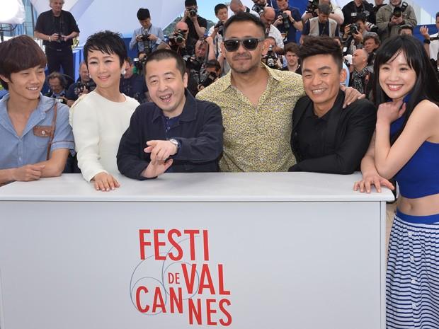 Da esq. para dir., os atores Luo Lanshan e Zhao Tao, o diretor Zhangke Jia e os atores Wu Jiang, Wang Baoqiang e Meng Li divulgam 'A touch of sin' no 3º dia do Festival de Cannes (Foto: AFP PHOTO / ALBERTO PIZZOLI)