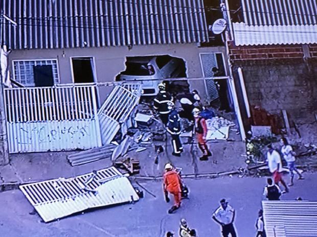 Casa invadida por carro na madrugada desta segunda em Santa Maria (Foto: TV Globo/ Reprodução)