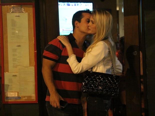 Bárbara Evans se despede do namorado, Leonardo Conrado, com um beijo no rosto (Foto: Rodrigo dos Anjos/ Ag. News)