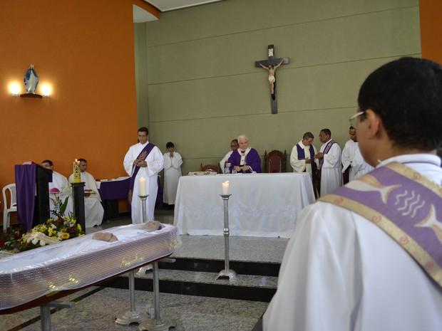 Arcebispo presidiu missa de corpo presente de padre, que morreu durante missa no Espírito Santo (Foto: Viviane Machado/ G1)