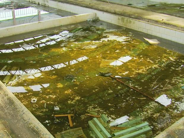 Água parada em piscinas de prédio público preocupam em Poços (Foto: Reprodução EPTV)