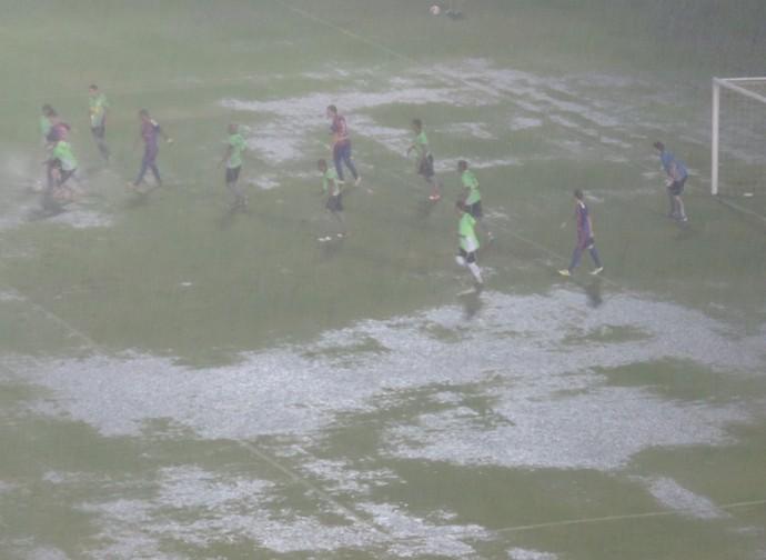 Chuva muito forte atrapalhou os jogadores no segundo tempo (Foto: Mateus Tarifa / Globoesporte.com)