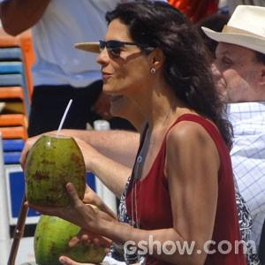 Helena Ranaldi se refresca com água de côco (Foto: Em Família / TV Globo)