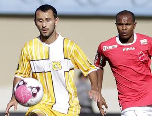 Reivan, do Vila Nova, disputa lance com jogador do Brasiliense (Foto: Cláudio Bispo / BrasilienseFC.com.br)