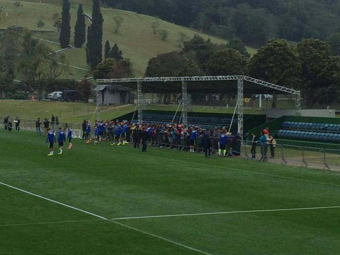 Jogadores interagiram com a torcida, que foi autorizada a entrar na Granja (Foto: Gustavo Garcia/GloboEsporte.com)