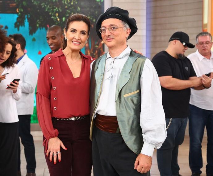 Fátima com o convidado que deu show com as marionetes  (Foto: Fabiano Battaglin/Gshow)
