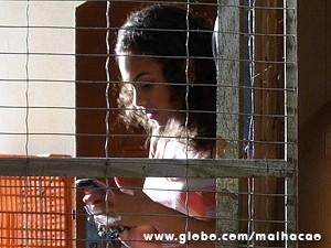 Julia se esconde dos bandidos (Foto: Malhação / TV Globo)