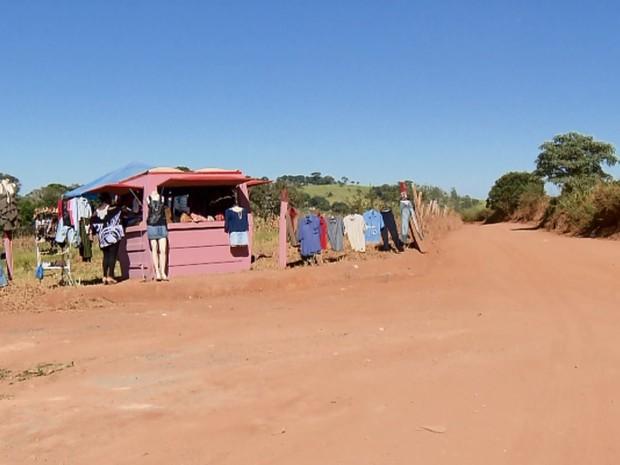 Brechó foi montado na propriedade da família, às margens da BR-491, e também caminho para a zona rural de Fama, MG (Foto: Reprodução EPTV)