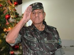 Idoso realiza sonho de ser militar por um dia em Pirassununga (Foto: Carol Malandrino/G1)