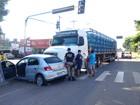 Carro fura sinal vermelho e bate em carreta com mil botijas de gás em RO