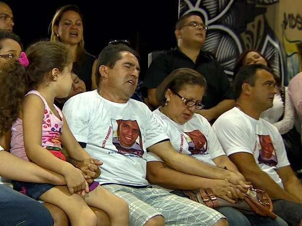 Familiares rezaram pelas vítimas do acidente, em Manaus (Foto: Reprodução/TV Amazonas)
