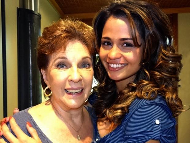 Suzana Faini e Nanda Costa em bastidores de gravação (Foto: Salve Jorge / TV Globo)