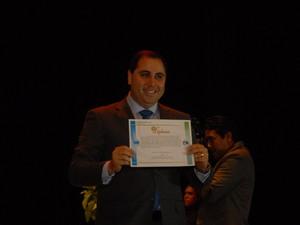 Deputado estadual reeleito Michel JK recebe diploma em solenidade no Teatro das Bacabeiras (Foto: Gabriel Penha/G1-AP)