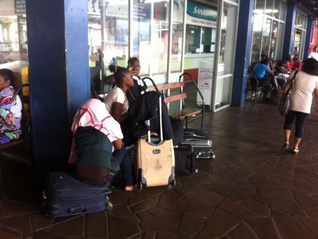 Grupo de haitianos chegou a Porto Alegre nesta manhã (Foto: Jonas Campos/RBS TV)