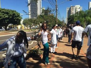 Manifestantes abraçam praça em protesto contra prefeitura (Foto: Cláudia Gaigher/ TV Morena)