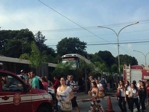 Carro fica prensado entre dois ônibus na Avenida Vereador José Diniz nesta quarta-feira (12) (Foto: Aline Raquel Guilherme/VC no G1)