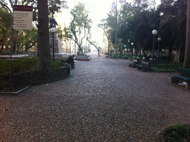 Praça da Alfândega está praticamente vazia, em Porto Alegre (Foto: Vinicius Rebello/G1)