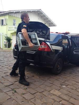 Policiais cumpriram mandados de prisão e busca e apreensão em Jaquirana (Foto: Guilherme Pulita/RBS TV)