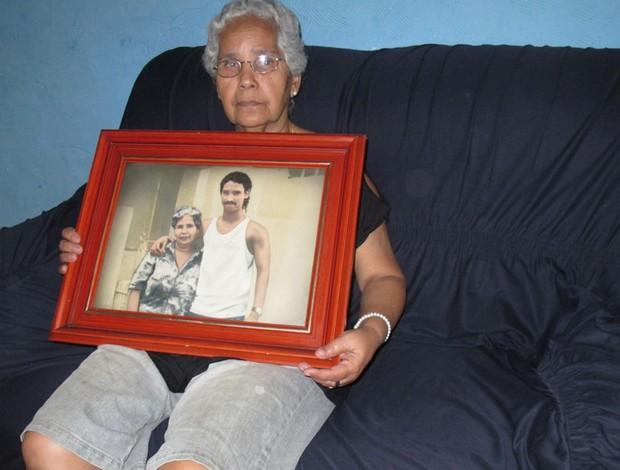 mãe de  Clei, ex-jogador do Botafogo (Foto: Alexandre Alliatti)