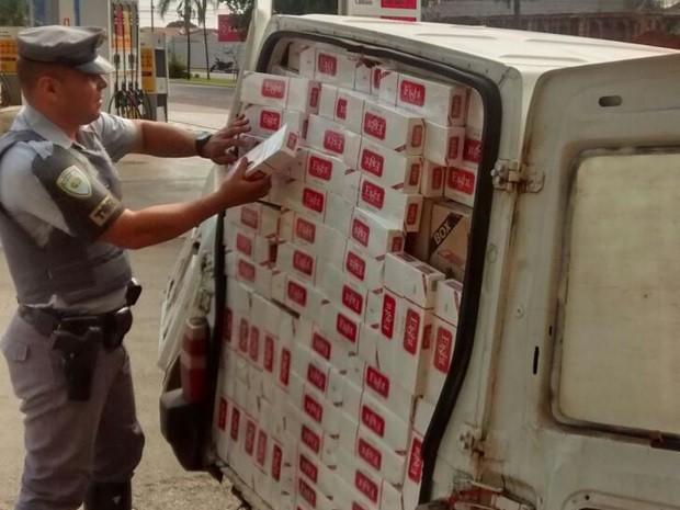 Carga de cigarros estava dividida em dois carros utilitários (Foto: Divulgação/Polícia Rodoviária Estadual)