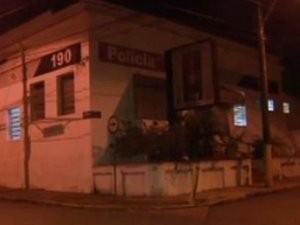 Base da PM no centro de São Pedro foi atacada por bombas  (Foto: Reprodução EPTV)